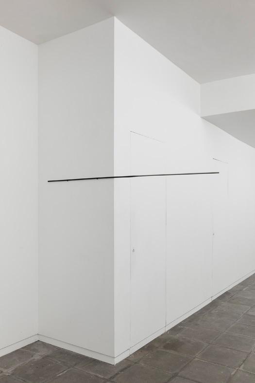 Sem título, 2012. Ferro e papel, 1,5 x 180 x 1,5 cm
