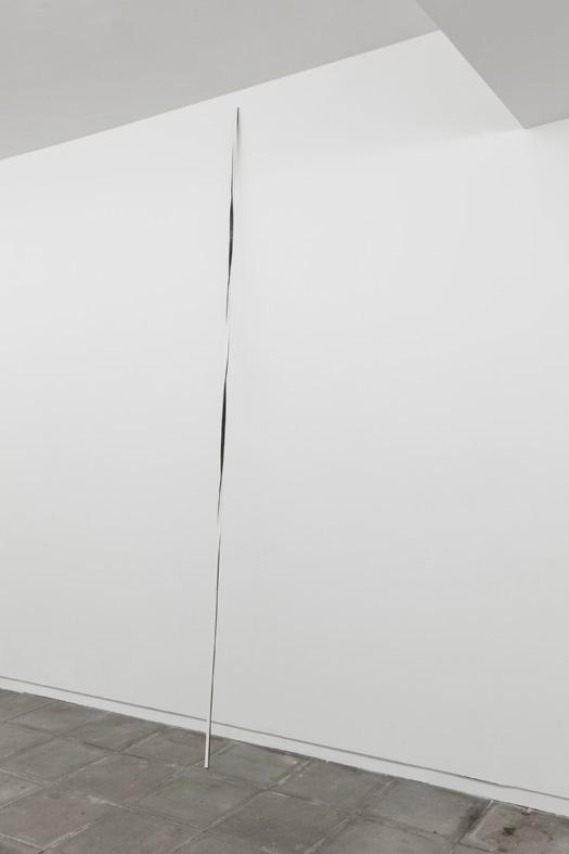 Sem título, 2012. Ferro e papel, 250 x 1,5 x 1,5 cm