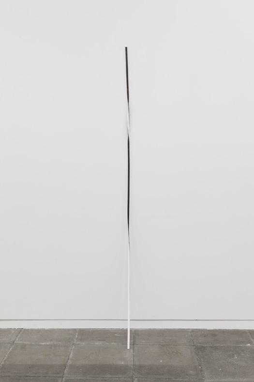 Sem título, 2012. Ferro e papel, 190 x 1,5 x 1,5 cm