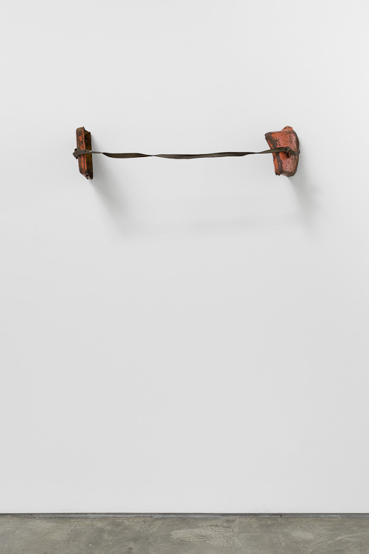 Mala vermelha, 2012. Ferro e cabedal, 20 x 90 x 23 cm/ Iron and leather, 20 x 90 x 23 cm