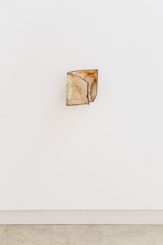 Sem Título, 2014. Ferro e papel, 25 x 22 x 25 cm/Untitled, 2012. Iron and paper, 25 x 22 x 25 cm