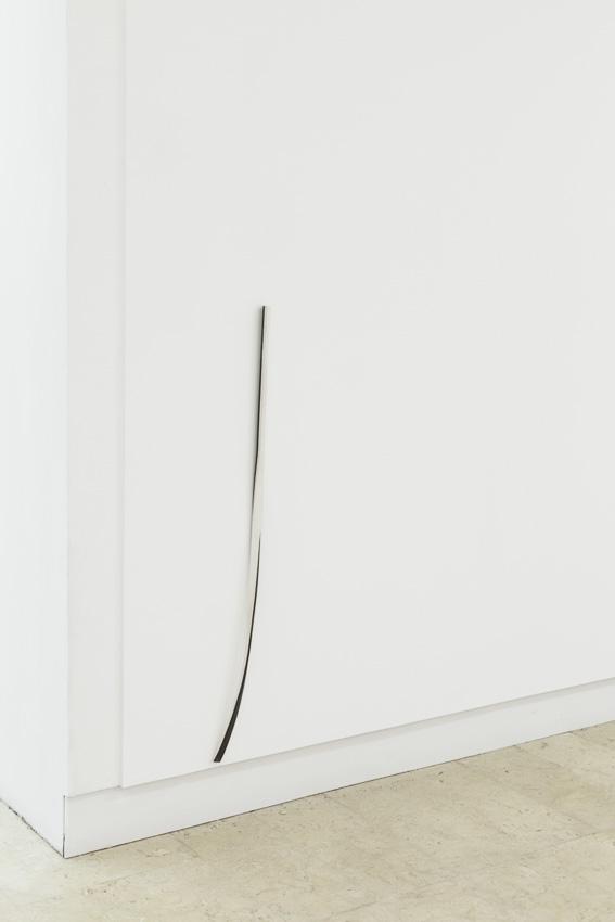 Sem título, 2015. Ferro e papel, 110 x 10 x 3 cm / 17 x 3 x 6 cm (detalhe)Untitled, 2015. Iron and paper, 110 x 10 x 3 cm / 17 x 3 x 6 cm (detail)Fotografia por/ Photograph by Bruno Lopes