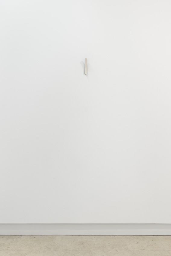 Sem título, 2015. Ferro e papel, 110 x 10 x 3 cm / 17 x 3 x 6 cmUntitled, 2015. Iron and paper, 110 x 10 x 3 cm / 17 x 3 x 6 cmFotografia por/ Photograph by Bruno Lopes