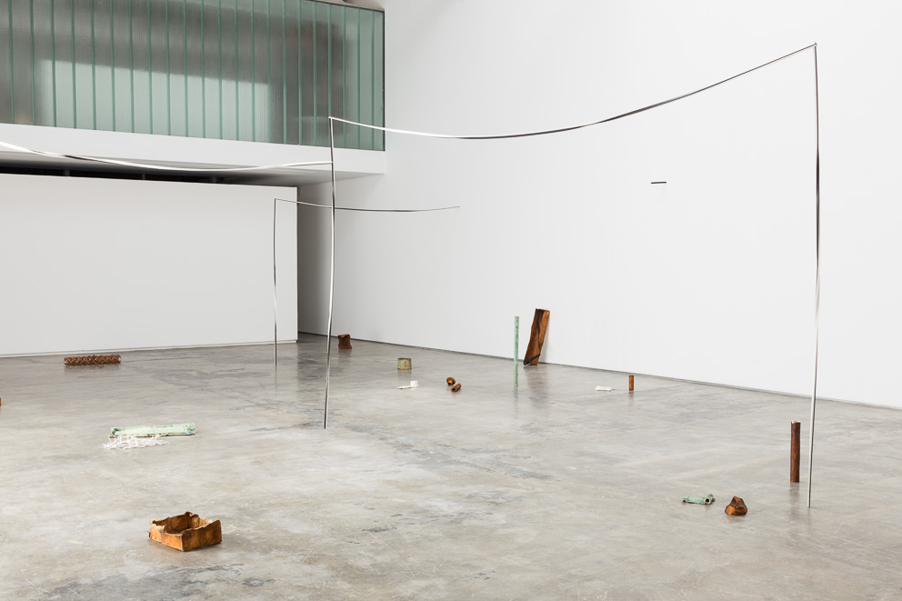 MEXICANO, 2016. Vista da instalação / Installation view Ferro, papel, couro e ferrugem / Iron, paper, leather and rust Dimensões variáveis / Variable dimensions