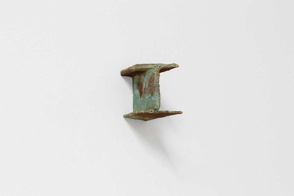 Sem título / Untitled, 2016. Vista da instalação / Installation view Papel e ferrugem / Paper and rust Dimensões variáveis / Variable dimensions